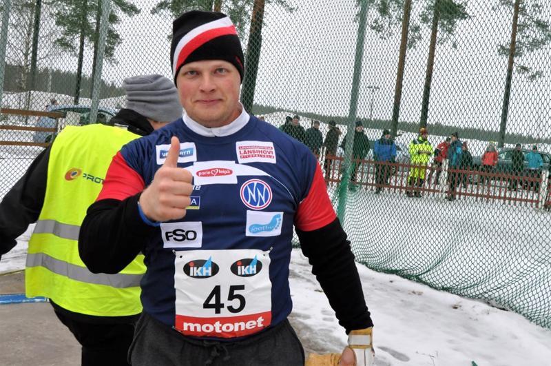 Tuomas Seppänen heitti moukarin talvimestariksi Kaustisella.