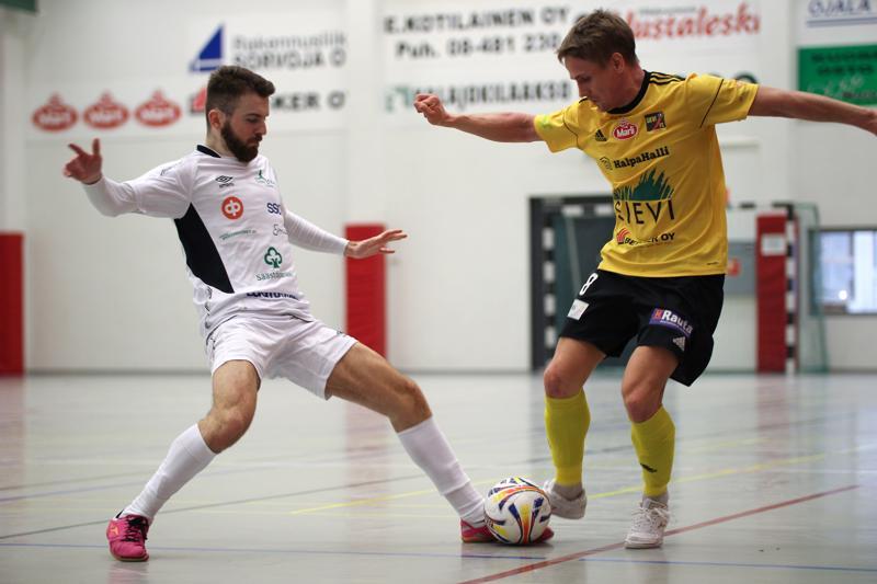 Jarmo Junno (oik.) teki Sieville kaksi maalia, kun taas SoVon Arber Istrefi jätti tällä kertaa maalinteon muille.