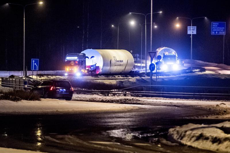 AT Special Transport Oy:n kuljettaja Patrik Öberg ajoi perjantaina 4,5 metriä leveää säiliötä Haminasta Kokkolaan ja edelleen Pohjois-Norjaan. Säiliö oli lastattu kyytiin Virossa.