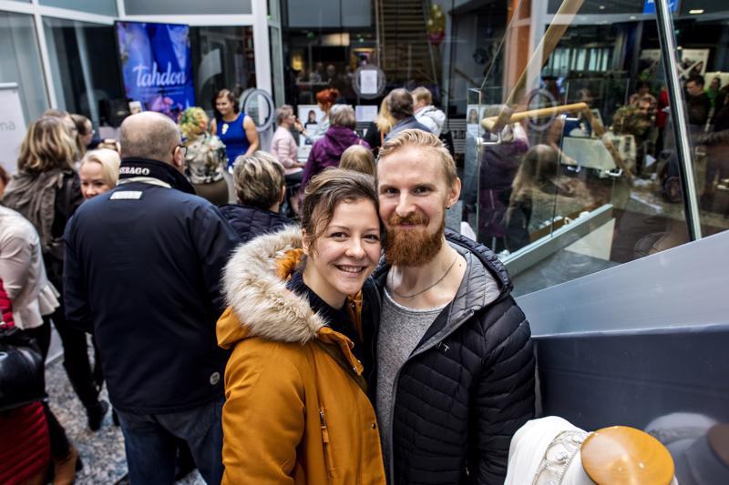 Hanna Björklund ja Tobias Haga kiersivät häämessuilla syksyn häät mielessä.