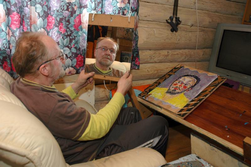 Haapavetisen nykykansantaiteilija Kalle Aholan kuusi veistosta oli valittu kiertämään pohjoismaisia taidemuseoita suomalaisten ITE-taiteilijoiden kiertonäyttelyn matkassa. Kalle  oli parhaillaan maalaamassa omakuvaa, minkä vuoksi katosta roikkui peili.