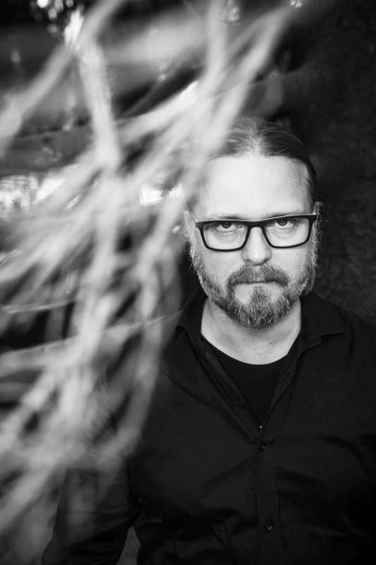 Itsekin psykiatrisessa sairaalassa työskennellyt Marko Hautala kirjoittaa ilmiöistä, jotka liikkuvat mielenterveyden järkkymisen ja yliluonnollisen rajapinnoilla.