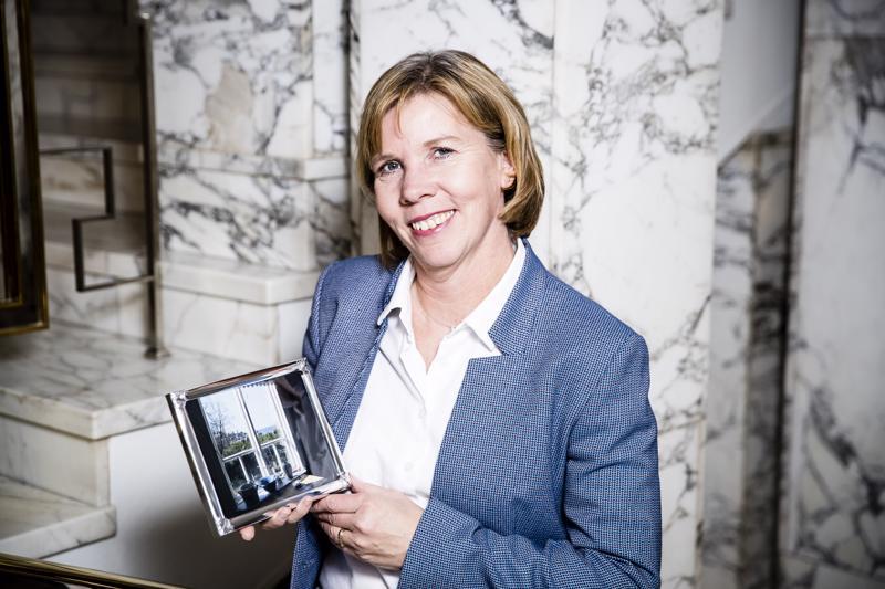 Rkp:n puheenjohtaja Anna-Maja Henriksson toi haastatteluun mukanaan maisemakuvan Mässkärin saaresta, jossa hän viettää lomansa.
