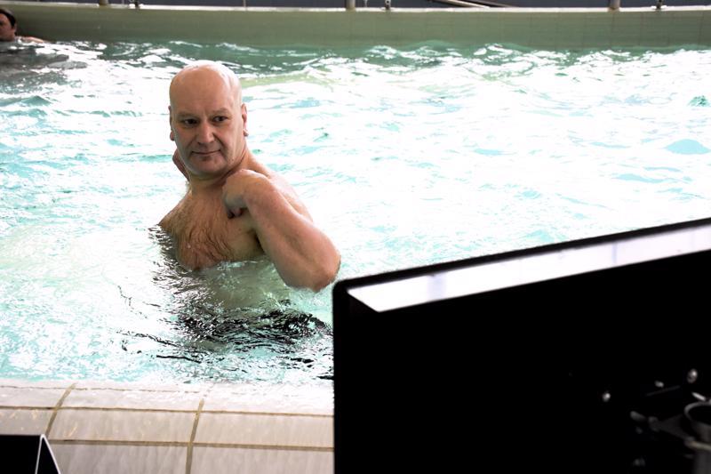 Pietarsaarelainen uimavalvoja ja uimaopettaja Mauri Vornanen tekemässä ylävartalojumppa-ohjelmaa Pietarsaaren uimahallissa.