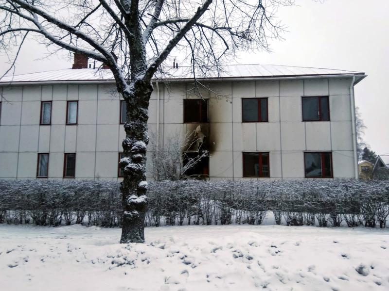 Raahenkadulla sijaitsevassa pienkerrostalossa tuhoutui asunto tulipalossa tiistaiyönä. Talon asukas hälytti pelastuslaitoksen paikalle.