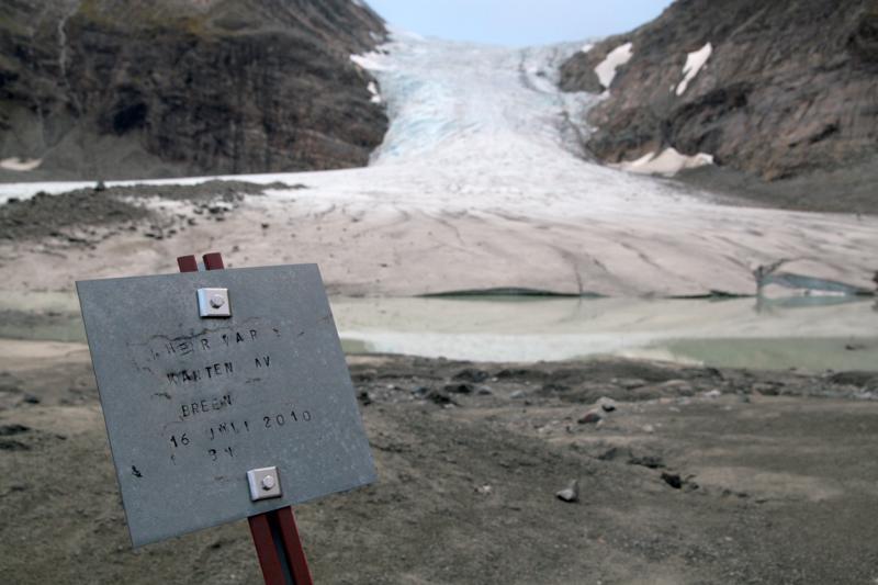 Steindals-29hyttassa 29metalliset laatat kertovat, missä kohtaa meni 29jäätikön raja 29kunakin vuonna.