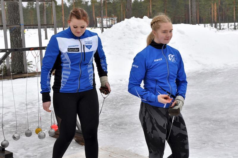 Sara Killinen (vas.) ja Julia Kivinen valmistautuivat heittoihinsa Nikulassa järjestetyissä talvimestaruuskilpailuissa.
