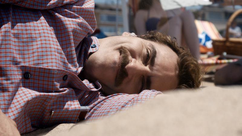 Vaimostaan eronnut Theodore (Joaquin Phoenix) hankkii yksilöllisen käyttöjärjestelmän, jonka kanssa hän ryhtyy yllättäen myös suhteeseen.