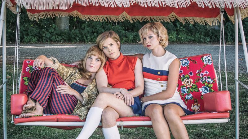 Kuvanveistäjä Lottin (Maja Rung), Karinin (Mikaela Knapp) ja Ingelan (Anna Åström) elämät kohtaavat kesällä 1968.