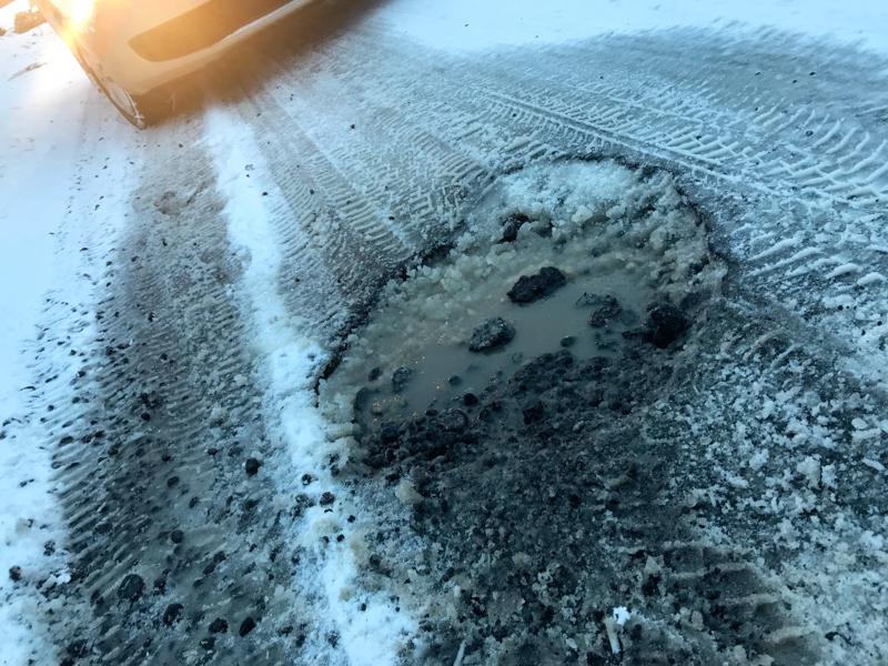 Ouluntien routakuopat ovat autoilijoiden vaarana.