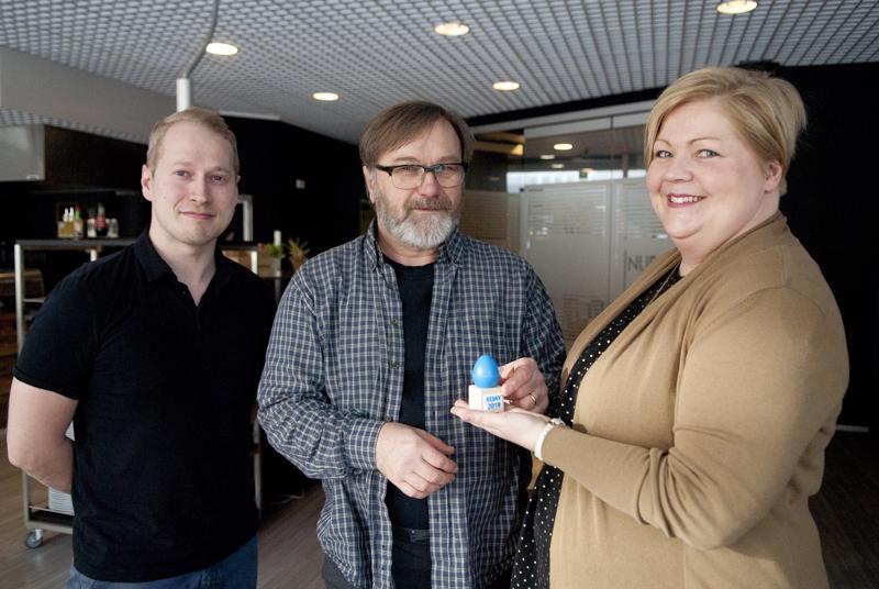 Kokkolan opettajien ammattiyhdistyksen tiedottaja Teppo Sirén ja puheenjohtaja Tiina Hagström ojensivat Yhteistyön pallon, tällä kertaa rytmimunan muodossa, Rokkikoulun projektityöntekijä Veli-Matti Erkkilälle (keskellä).
