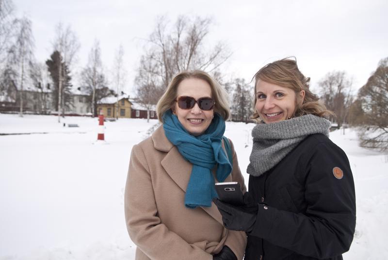 Kristina Ahmas ja Johanna Jansson kävivät tutkimassa millaista tietoa Kokkola Stories -sovellus antaa Eskon saaresta.