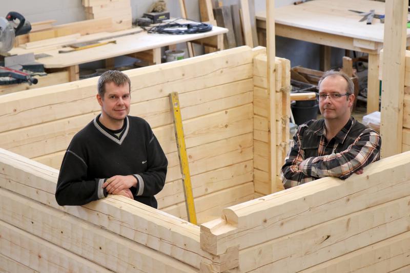 Veljekset Arto ja Ilkka Salo opettelivat rakentamaan pelkkahirresta saunoja.