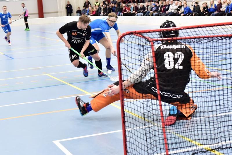 Paappojen tehokkain Mika Joensuu ahdistelee Blue Foxin Anton Kronqvistin vartioimaa maalia. Puolustaja Axel Hedman yrittää ehtiä apuun.