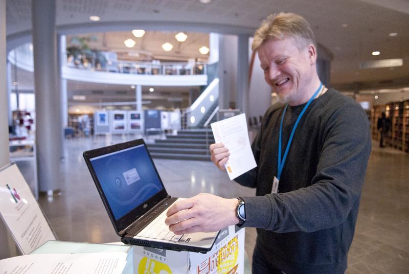 Jari Ojala kehottaa digineuvonnasta kiinnostuneita täyttämään ilmoittautumislomakkeen kirjastossa.