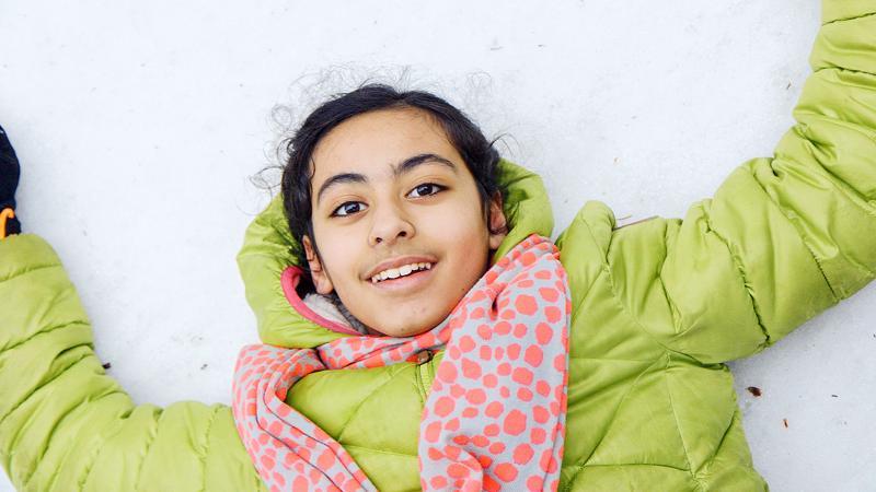 Palestiinalaistyttö Farah on melkein Suomen uusi hiihtotoivo. Dokumentin on ohjannut Einari Paakkanen.