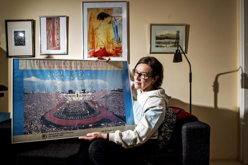 Helinä Marjamaalla on tallessa monia rakkaita muistoesineitä urheilu-uraltaan: pusero on Moskovan olympialaisista vuodelta 1980 ja juliste Los Angelesin olympialaisista vuodelta 1984.