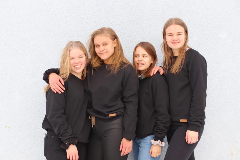 Ella-Sofia Hyväri, Olivia Poikola, Aino Nurkkala ja Amanda Taskila perustivat Vuosi yrittäjän -ohjelmassa vaatetukseen liittyvän yrityksen.