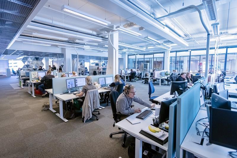 Vakuutusyhtiöt ja pankit palvelevat lähinnä puhelimitse ja chatin kautta myös viikonloppuisin aiempaa enemmän vuoden takaisen työehtosopimusratkaisun myötä.
