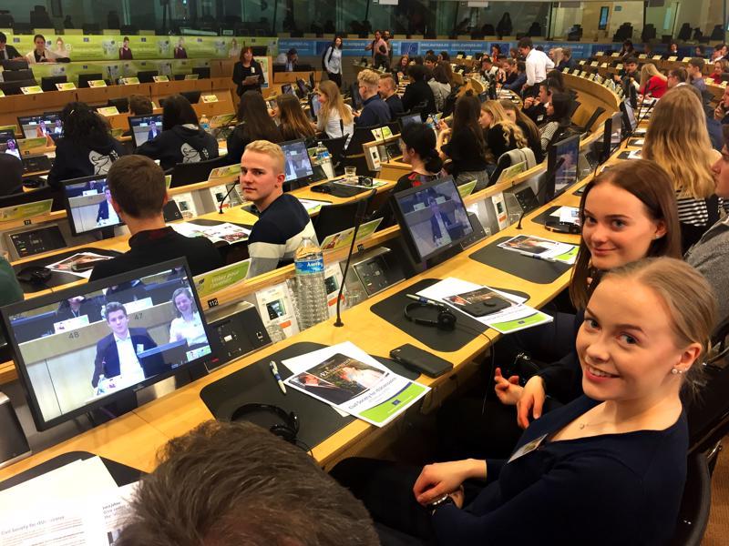 Haapavetiset Arttu Luukkonen, Mari Rantakangas ja Essi Rantakangas (edessä oikealla) sekä rehtori Erkki Seitajärvi (ei kuvassa) ovat ehdottomasti Euroopan talous- ja sosiaalikomission järjestämän Sinun Eurooppasi, sinun mielipiteesi -tapahtuman pohjoisimmat osallistujat.
