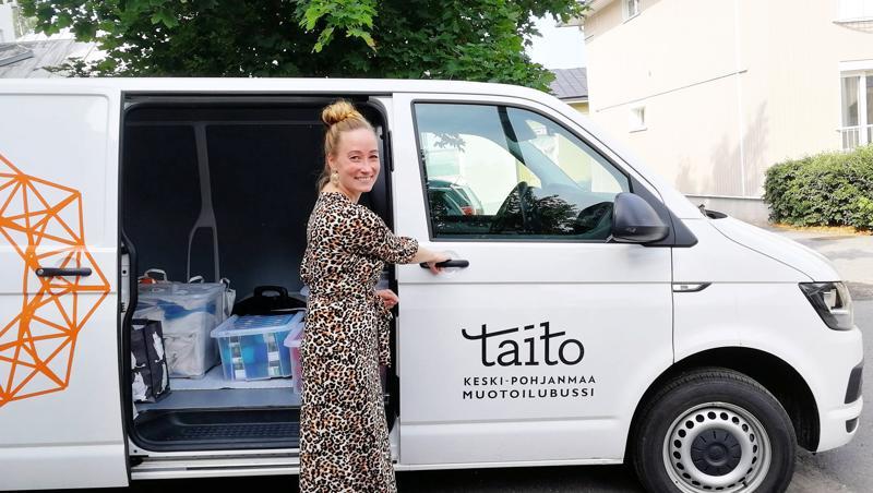 Mia Sumell lähdössä Mutoilubussilla Jukkalanmäelle Neuleretriittiin.