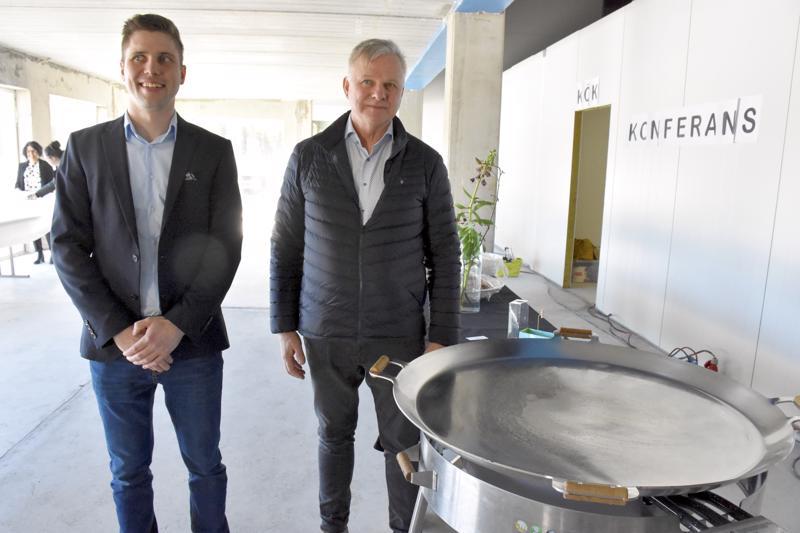 Gustav Granholm (oik.) ja nuorempaa polvea edustava tuotantopäällikkö Evert Granholm odottelevat jo kebab-pannun lämpiämistä uuden tehtaan harjakaisissa.