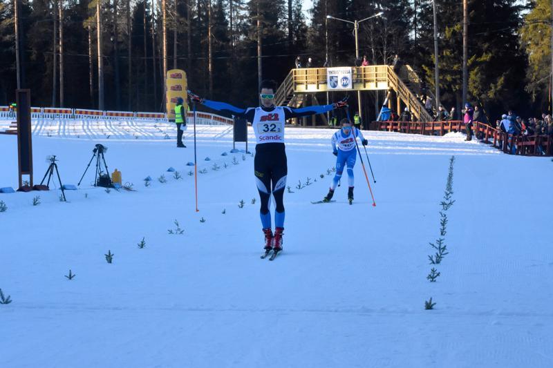 Tino Stenman toi Ylöjärven viestin voittajana maaliin ennen Norrvallan Alexander Ståhlbergiä.