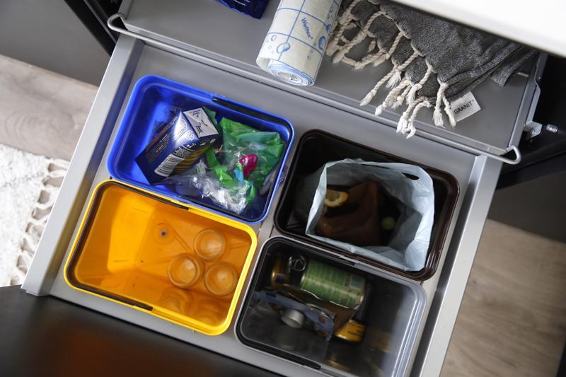 Nurmisen perheen jätevaunussa on omat astiansa muovi-, seka-, bio- ja metallijätteelle.