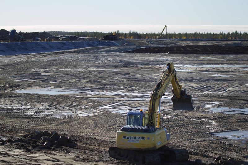 Kaivokset joutuvat rakentamaan valtavia jätealtaita säilöäkseen rikastusprosessista syntyvää rikastushiekkaa. Se sisältää paitsi arvoaineita, usein myös ympäristölle haitallisia raskasmetalleja. Tässä rakennetaan Sotkamo Silverin rikastushiekka-allasta.