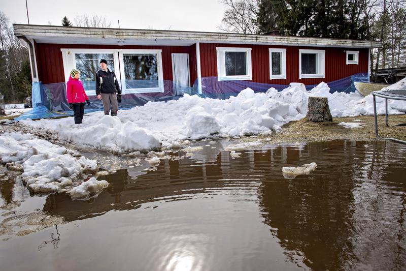Minna ja Erkki Ylivainion pihalle nousi tulvavesi Alavieskan Kultarannassa.