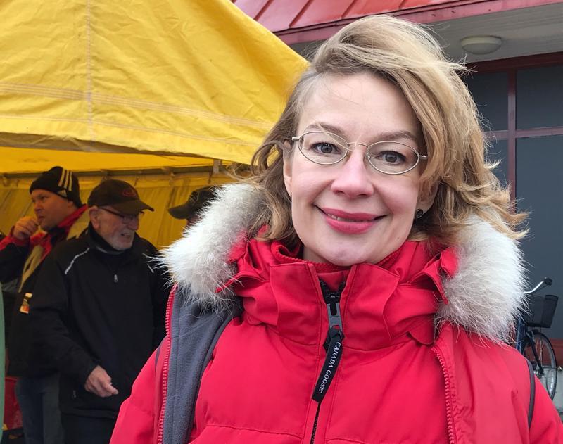 Demarinaisten puheenjohtaja, kansanedustaja Tytti Tuppurainen (sd.) jututti äänestäjiä sosialidemokraattien vaaliteltalla Ylivieskassa.
