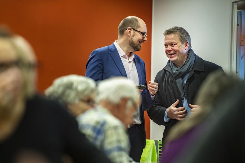 Tuomo Puumala jutteli Jyrki Ojalan kanssa ennen vaalitapahtuman alkua.