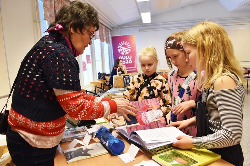Fanni Heikkilä, Vanamo Koskela ja Adele Penninkangas olivat lähteneet messuille katsomaan lukuponia ja kiertelemään muuten vain. Irma Hannula esitteli tyttöille kirjoittamiaan lastenkirjoja.