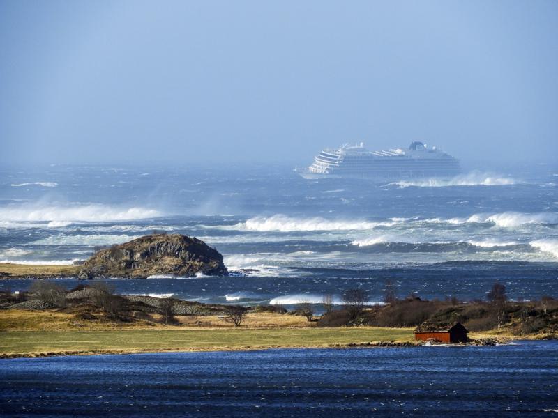 Viking Sky alus ajautui kohti rannikkoa Norjassa lauantaina. Aluksessa on 1300 matkustajaa.