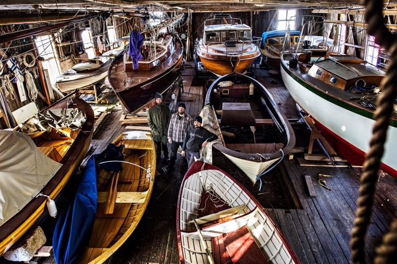 Pietarsaaren veneveistämöllä Mika Timgren, Johan Tonberg sekä Fredrik Östman  tekevät perinteisiä puuveneitä uusilla tekniikoilla. Tiloissa talvehtii ja kevättä odottelee kolmisentoista puuvenettä.
