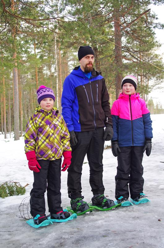 Joonas Sikala ja tyttäret Senni (vas.) ja Elise Löytynoja olivat toista kertaa lumikenkäilemässä.