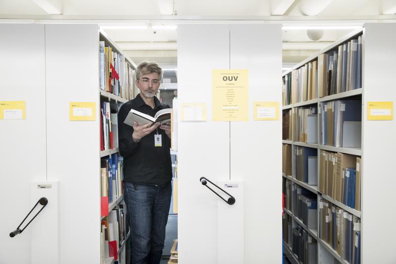 Oulun kaupunginkirjaston palvelupäällikkö Juha Sutela on kuulunut kirjastojen kysymyspalvelun vastaajarinkiin noin kuuden vuoden ajan. Useimmiten tieto etsitään verkosta, mutta välillä on piipahdettava kirjaston varastossa.