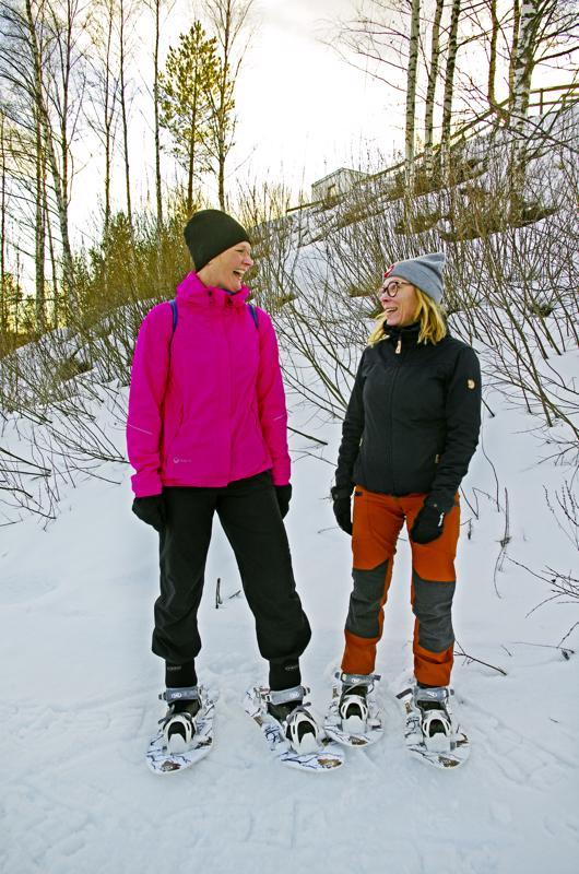 Laura Jaakola ja Anu Kukkola ovat nyt houkutelleet kansaa lumikengille toista talvea.