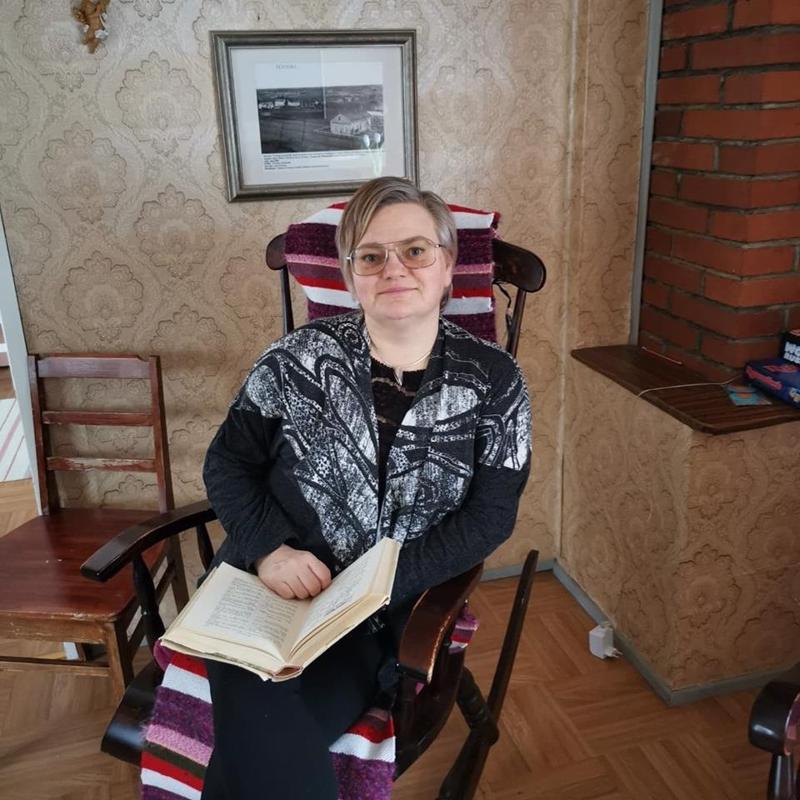 Psykiatrinen sairaanhoitaja Sari Pelttari koordinoi etsivää ja löytävää vanhustyötä. Hänet löytää perjantaisin aamupäivällä Tuokiotuvalta.