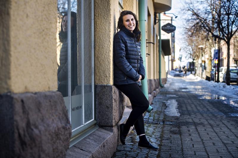 Ohjelmistoyritys Raisoftilla työskentelevä Yhdysvalloista Suomeen muuttanut Chelsy Swackhamer on saanut apua kotoutumiseensa paitsi suomalaiselta puolisoltaan ja ystäväpiiriltään, myös työnantajaltaan. Nyt Kruunupyyssä asuva Swackhamer on suunnitellut puolisonsa kanssa muuttoa Kokkolaan lähemmäksi työpaikkaa.