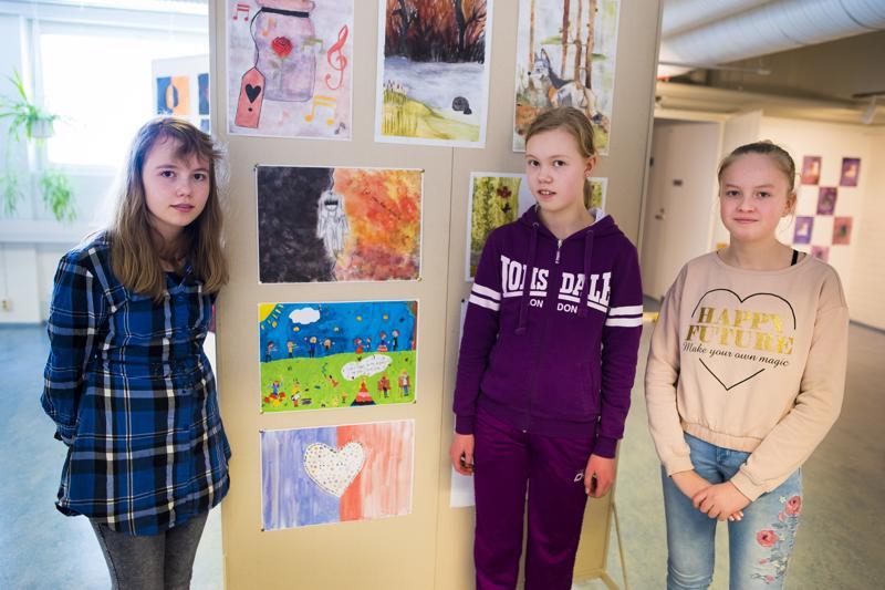 Viivi Koutonen (vas.), Milja Aitto-oja ja Anna Välimäki ja heidän työnsä siitä, mitä musiikki merkitsee hänelle. Välimäen työ vasemmalla alhaalla, sen päällä Aitto-ojan ja Koutosen työt.