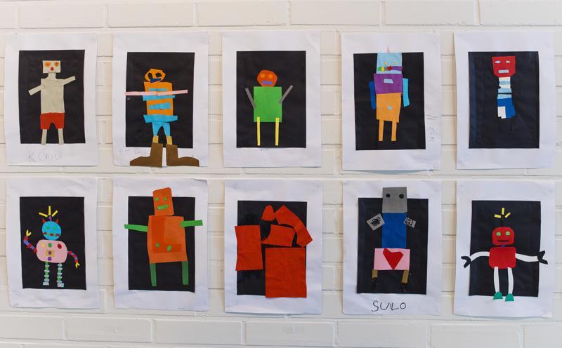 1 -2 -luokkalaisten paperileiketyöt roboteista.