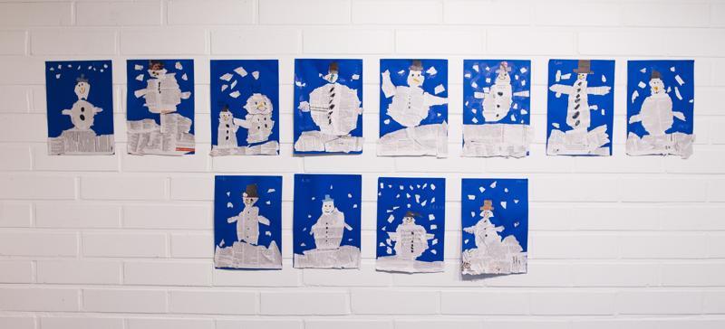 Malilan koulun eskarit ovat tehneet sanomalehdistä lumiukkoja.