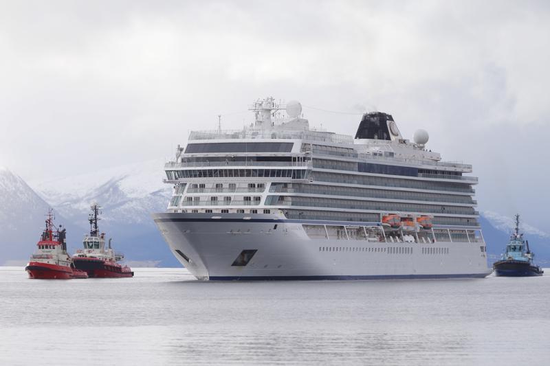 Viking Sky -alus pääsi sunnuntaina satamaan hinaajien saattelemana.