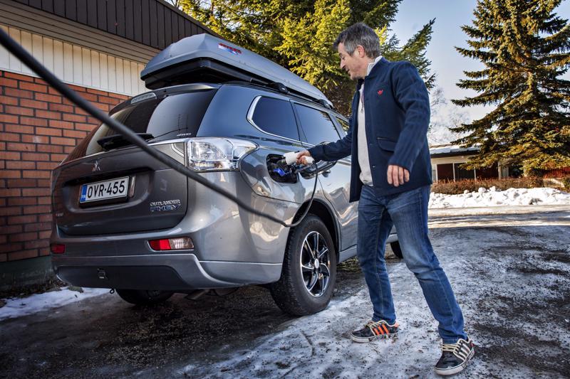 Kannuslaisen Jorma Ronkainen ei vaihtaisi ladattavaa hybridiautoa enää polttomoottoriautoon. Täyssähköautoon siirtymiseltä hän edellyttäisi 600 kilometrin ajomatkaa yhdellä latauksella.