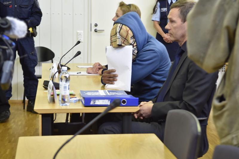 Tyttärensä puukotuksesta syytetty peitti kasvonsa lehdistöltä Itä-Uudenmaan käräjäoikeudessa kesäkuussa 2018.