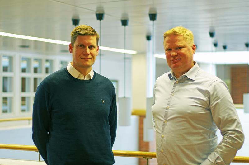 OX2:n maajohtaja Teemu Loikkanen ja TM Voiman toimitusjohtaja Kim Tahkoniemi  menossa kaupunginhallituksen kokoukseen.