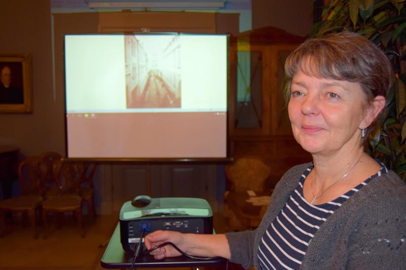 Museonjohtaja Carola Sundqvist luennoi tupakkatehtaan naisista ja heidän vaikutuksestaan kaupungin elämässä, 1900-luvun taitteessa ja alkupuolella.