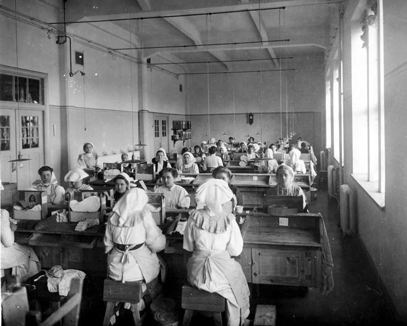 Naisia töissä tupakkatehtaalla. Alkuaikoina tupakanvalmistus oli paljolti käsityötä.