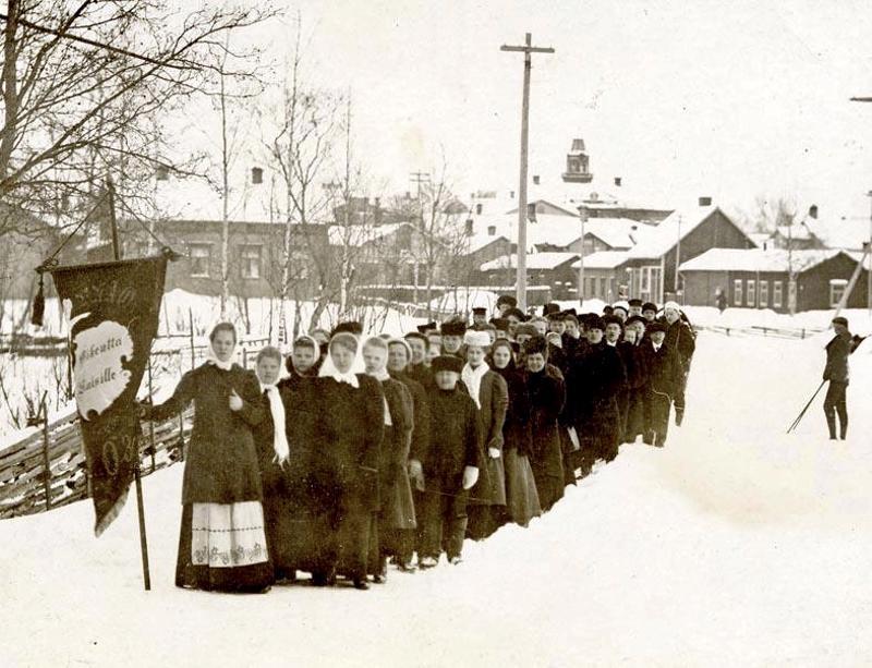 Naiset järjestivät omia marsseja. Tässä vaaditaan oikeuksia naisille vuonna  1900.